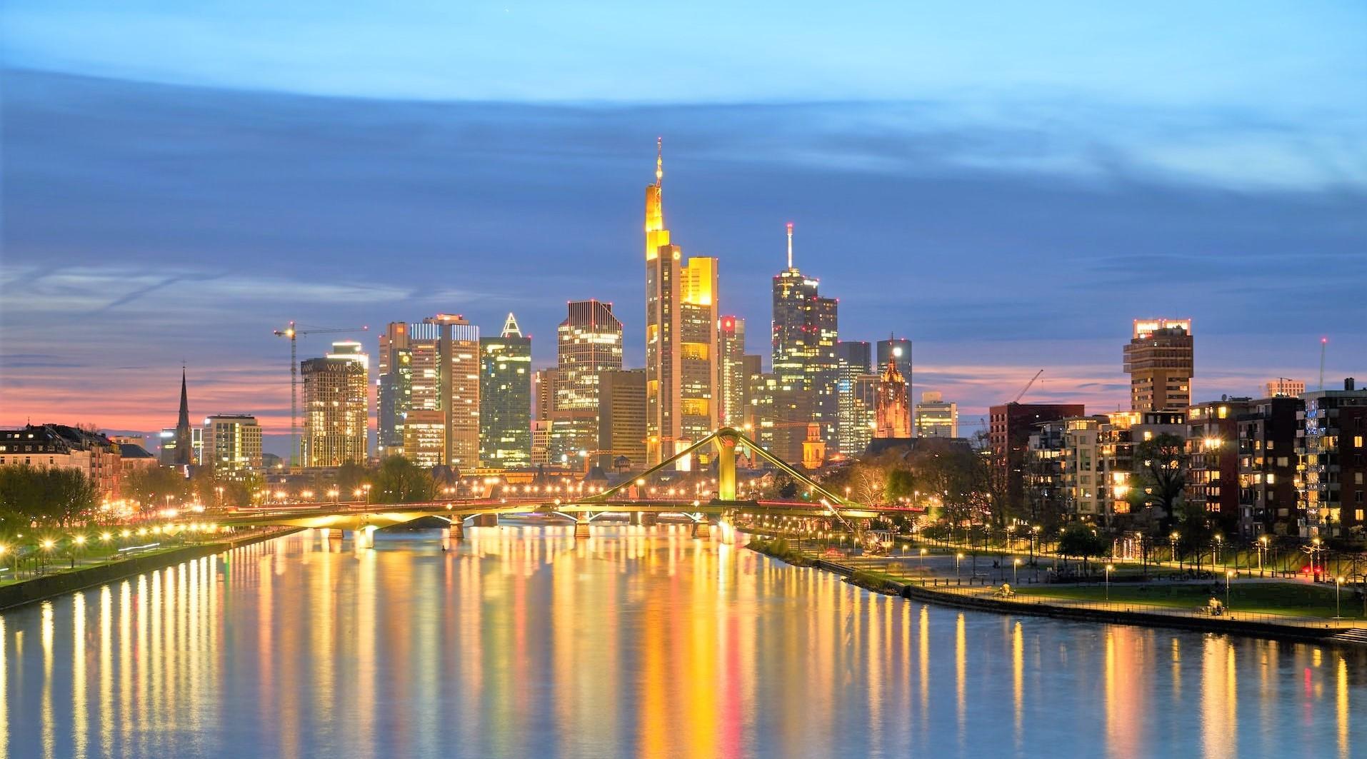 Frankfurt in der Abenddämmerung